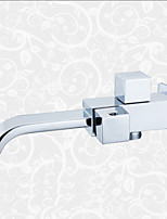 tout le cuivre utilisé par l'eau du robinet double vasque dans le mur