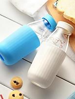 leche en botella de bebida de vidrio y linda con la funda de silicona tapa