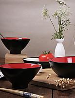 le rouge de style chinois est contracté arc-en-bol de nouilles
