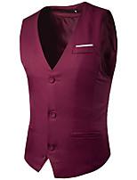 Le coffre de mode masculin est un gilet de costume à trois boutons