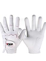 Une paire de gants de golf pour dames