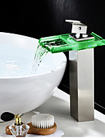 По центру Водопад LED индикатор Одно отверстие for  Матовый никель , Ванная раковина кран
