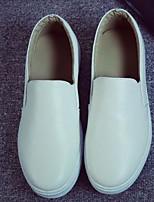 Для женщин На плокой подошве Удобная обувь Полиуретан Весна Повседневный Белый Черный На плоской подошве