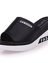 Damen Slippers & Flip-Flops Komfort Leuchtende Sohlen PU Sommer Normal Kleid Komfort Leuchtende Sohlen Keilabsatz Weiß Schwarz Flach