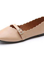 Для женщин Сандалии Удобная обувь Полиуретан Весна Лето Для праздника Для вечеринки / ужина Пряжки На плоской подошвеБелый Бежевый