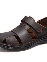 Для мужчин Сандалии Удобная обувь Лето Свиная кожа Повседневные Черный Темно-коричневый На плоской подошве