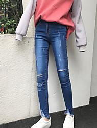 Sign slender woman grasping cut jeans stretch tight leg opening notch cut feet pants tide