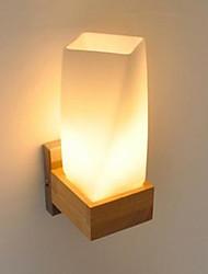 Simplicité bois nordique salon salon couloir balcon verre murs en bois massif lampe de chambre la tête d'un lit