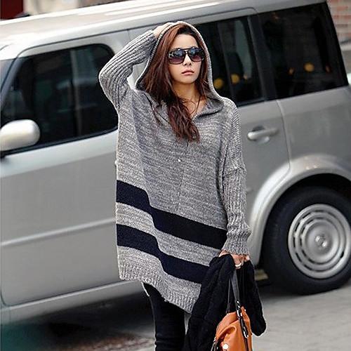 Свободный женский свитер с капюшоном