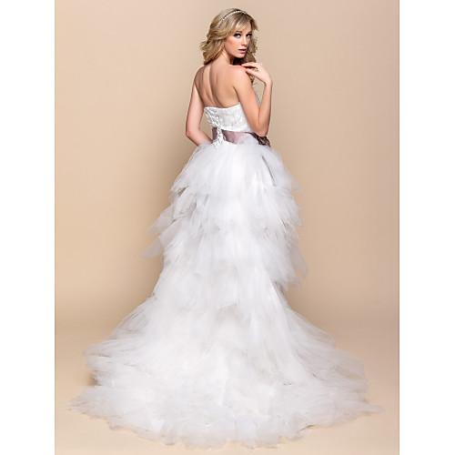 6f836e71650 Ассиметричное пышное свадебное платье без бретелек из тюли с кружевами и  атласной лентой на поясе