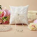 Almohada del anillo de boda hermosa con la flor delicada