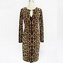 vestido de manga larga de Bela mujer europea atractiva delgada del leopardo