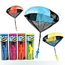 mano de los niños juguetes educativos paracaídas tirado entrega al azar