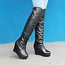 belleza gril cuña punta redonda de tacón alto sobre las botas de la rodilla