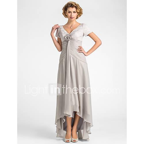 une ligne-v-cou dentelle asymétrique en mousseline de soie et de la mère de la robe de mariée
