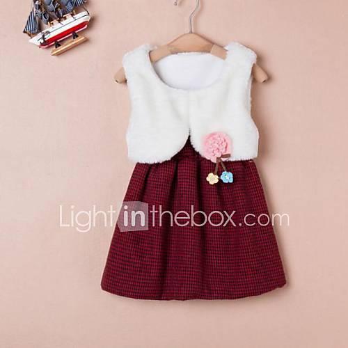 robe col de laine autour de la jeune fille