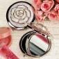 rosa blanca cubierta a favor de cromo espejo compacto