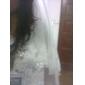 uma camada de tule véu de noiva com rendas na ponta dos dedos borda applique