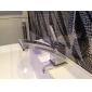 クローム仕上げの蛇口とポストモダンsytleでのバスルームのシンクの蛇口